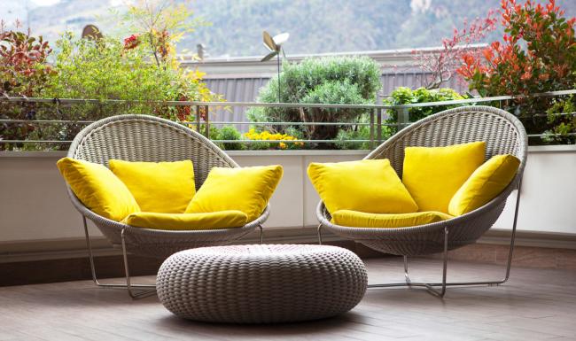 Плетенная мебель с яркими подушками