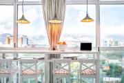 Фото 3 Дизайн кухни с выходом на балкон: лучшие идеи планировки, утепление и выбор функциональной мебели