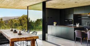 Дизайн кухни с выходом на балкон: лучшие идеи планировки, утепление и выбор функциональной мебели фото