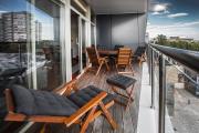 Фото 35 Дизайн кухни с выходом на балкон: лучшие идеи планировки, утепление и выбор функциональной мебели