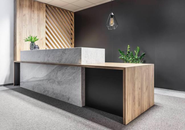 Современный дизайн-проект кухонного пространства с гармоничной комбинацией различных материалов
