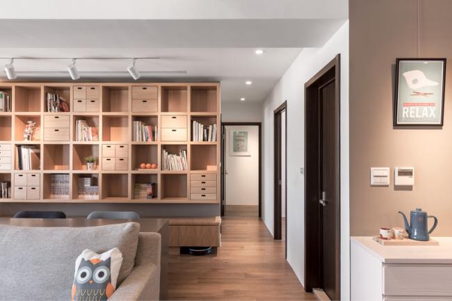 Использование светлой древесины при оформлении гостиной комнаты