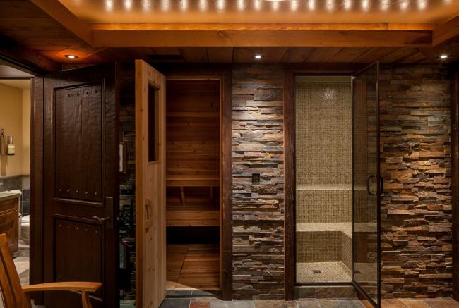 Оптимальная комбинация двери из дерева в сауну и стекла в хамам