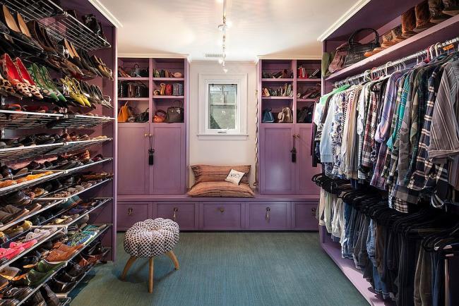 Эклектичная гардеробная со множеством мест для хранения как обуви, так и одежды с аксессуарами