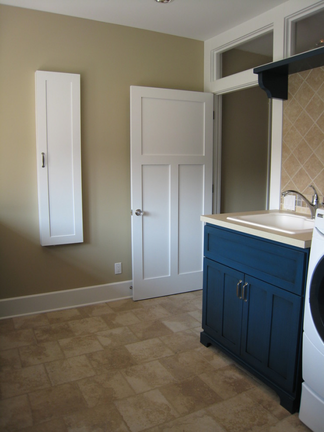 Интерьер дома не потеряет своей привлекательности при удачном варианте исполнения дверцы для шкафа со встроенной гладильной доской
