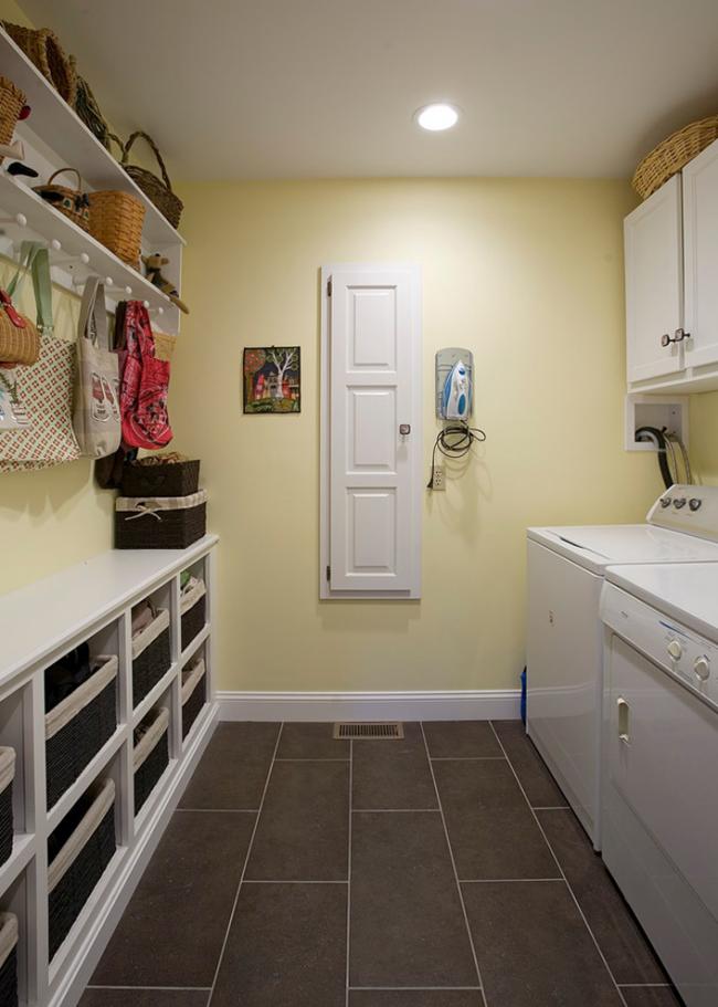 Классический белый цвет шкафа для встроенной доски легко вписывается в любое пространство
