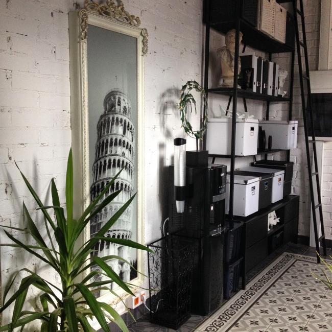Встраиваемая гладильная доска фирмы BELSI, спрятанная за декоративной панелью
