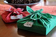 Фото 7 Как стильно упаковать подарок в подарочную бумагу (100+ пошаговых фотоидей): видео мастер-классы и советы