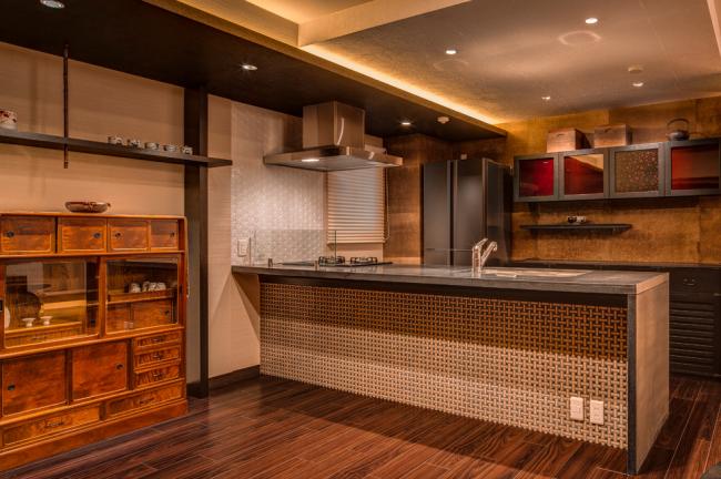 Шоколадный интерьер в классическом азиатском стиле в апартаментах в Киото
