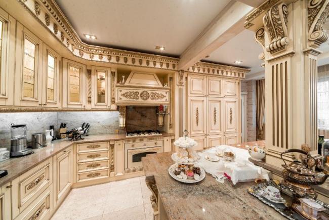 Рабочая зона кухонного гарнитура отлично маскируется атрибутами выбранного стиля