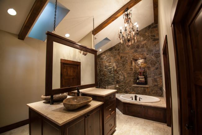 Каменные умывальники в интерьере роскошной ванны в неоклассическом стиле