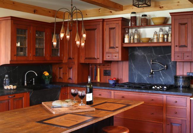 Лаконичная кухня в классическом стиле c акцентами из камня