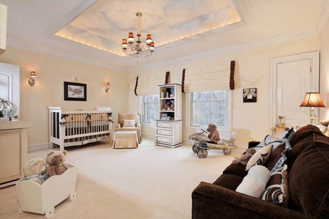 Лаконичный светлый двухуровневый потолок в просторной детской