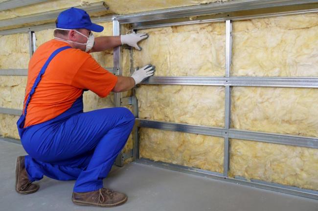 При монтаже стекловаты необходимо использовать средства защиты