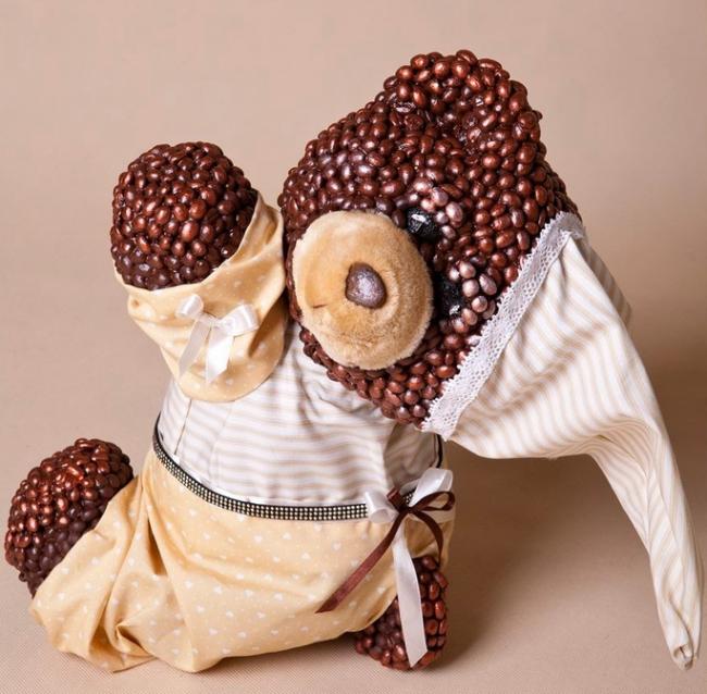 Прекрасный медведь, украшенный зернами кофе