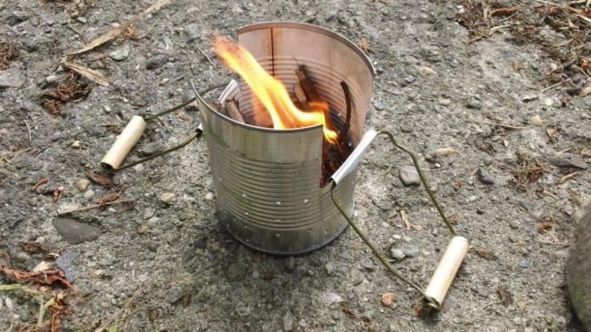 Старое металлическое ведро можно использовать для создания костра
