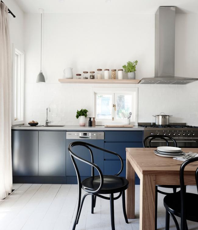 Стильное оформление кухонного гарнитура со встроенным устройством для мытья посуды