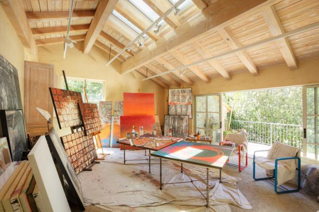 Просторная студия с большим балконом