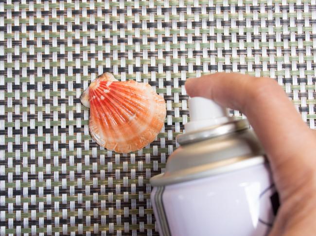 Преображение ракушки с помощью блестящего лака