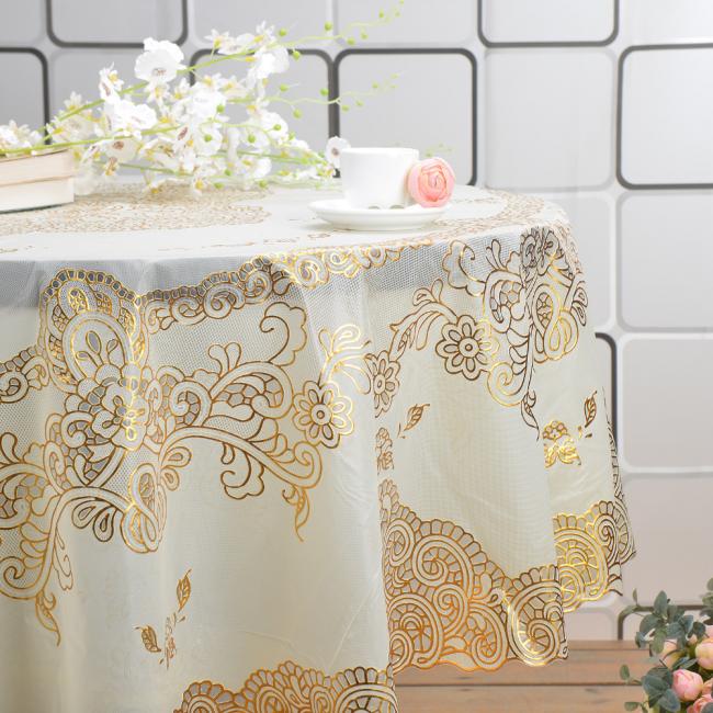 Гармоничное сочетание золота и белизны скатерти - украшение кухни