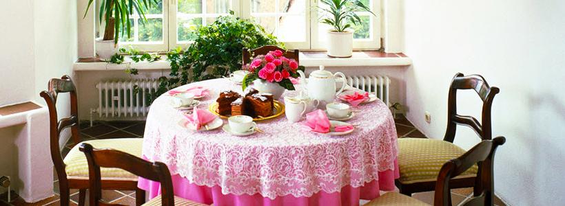 Скатерть на круглый стол: избранные идеи для интерьера, стили и особенности материалов