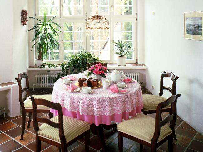 Если розовая гамма слишком яркая для интерьера, используйте универсальный прием - сочетание со скатертью, отличной по цвету и даже материалу