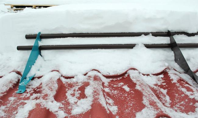 Надежная и практичная конструкция из труб для защиты от падения снега