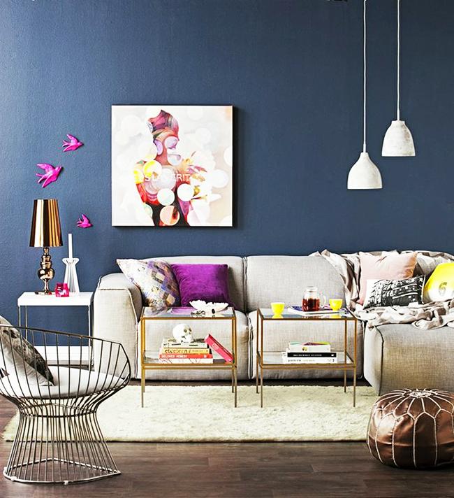 Акценты цвета маджента в стильной гостиной