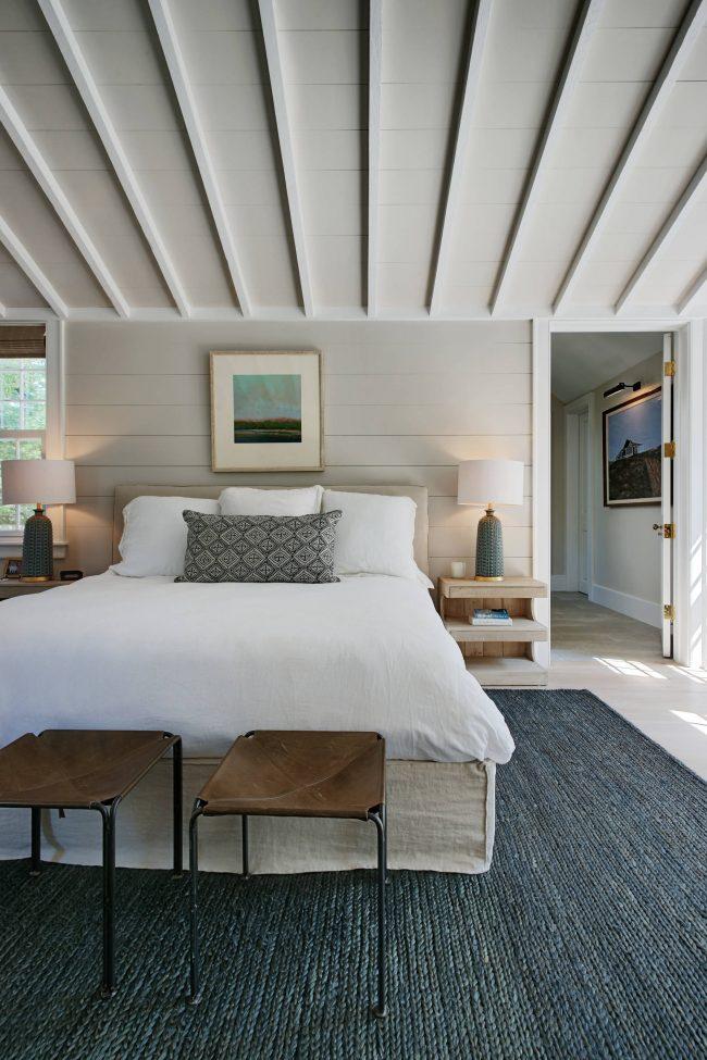Уютная и функционально обставленная спальня-мансарда