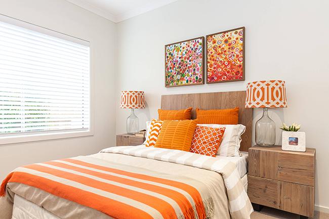 Яркое и солнечное настроение спальни органично подчеркнут персиковые, терракотовые и оранжевые тона