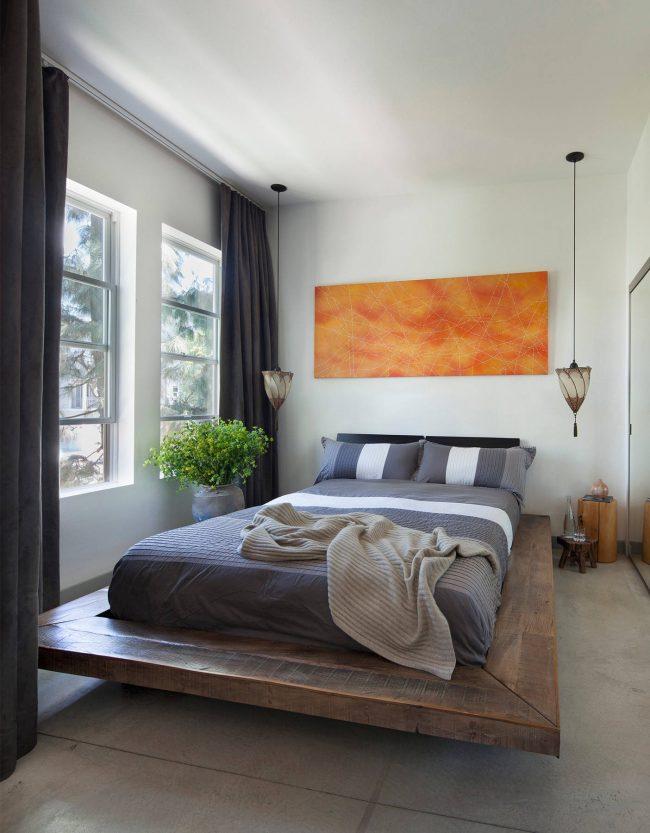 Кровать на подиуме – отличный вариант для небольшой спальни