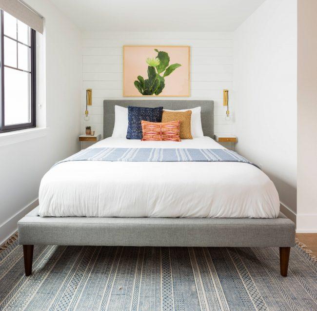 Компактная, но уютная спальня в светлых тонах