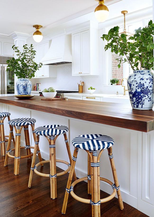 Расписные вазы украсят интерьер кухни
