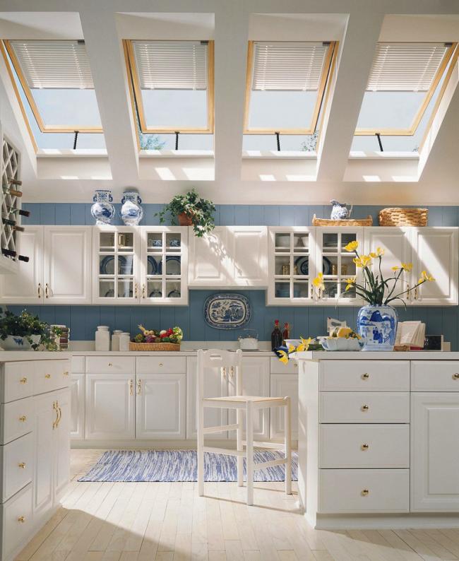 Современная кухня украшена аксессуарами с бело-голубым орнаментом