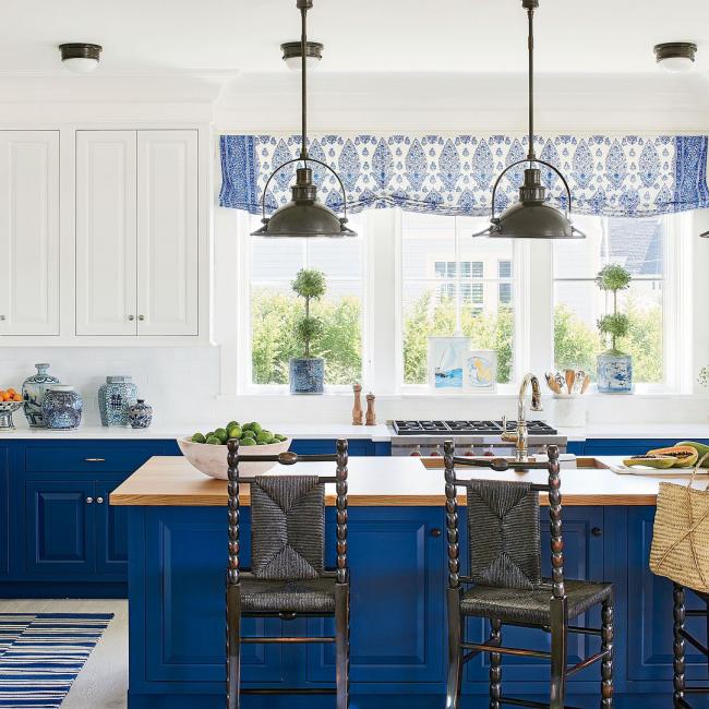 Красивое контрастное оформление кухонного пространства, дополненное шторой в русском стиле