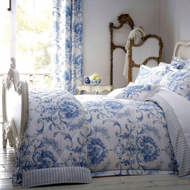 Текстиль с бело-синим принтом в спальне