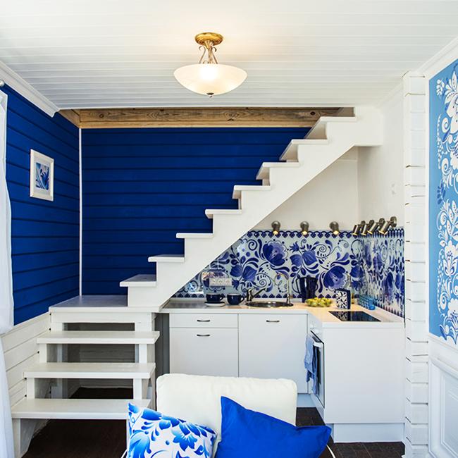 Бело-синяя стилистика популярна для оформления кухни