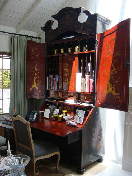 Пример сочетания мебели псевдокитайского стиля в современной квартире