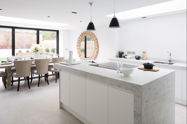 Светлая кухня-столовая в сдержанном стиле
