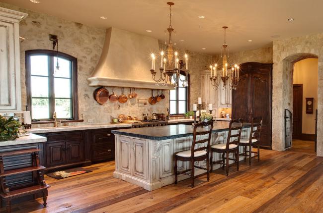 Элегантная кантри-кухня с каменной рабочей поверхностью