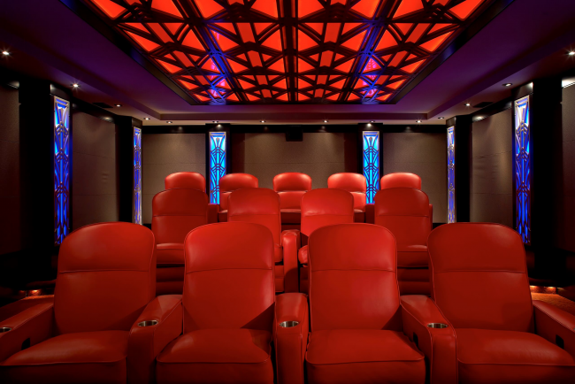Красная подсветка потолка гармонично сочетается с цветом мебели
