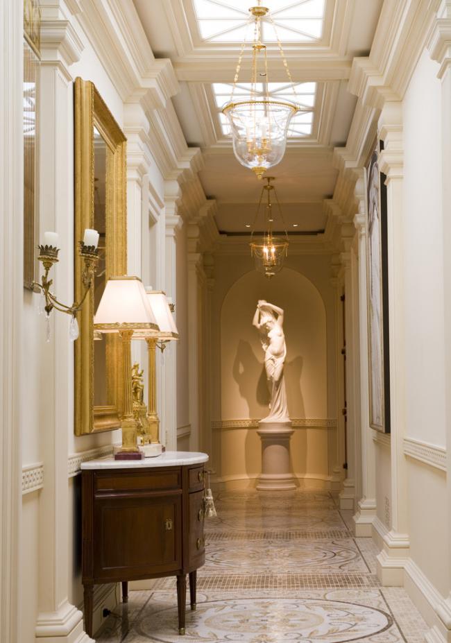 Удачное сочетание световых панелей и люстр в интерьере коридора
