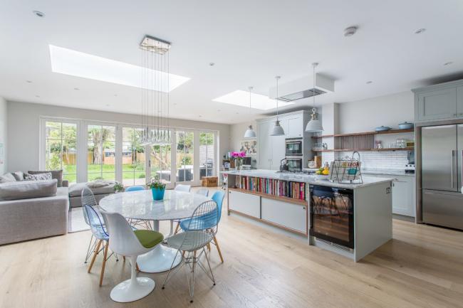 Удачное совмещение кухни, столовой и гостиной в одном помещении