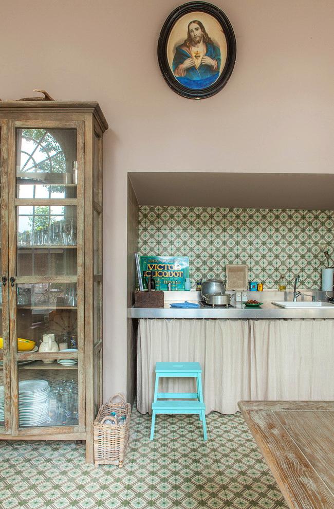 Табурет-лестница станет незаменимым помощником на кухне