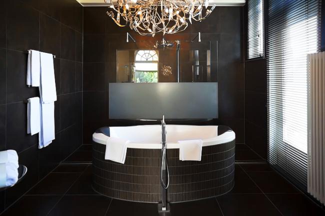 Стильная многокомпонентная люстра в интерьере ванной в стиле модерн