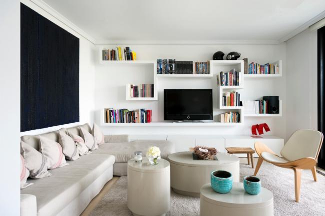 Уютная гостиная с тремя круглыми журнальными столиками