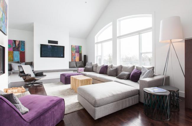 Современный дизайн гостиной с абстрактными картинами