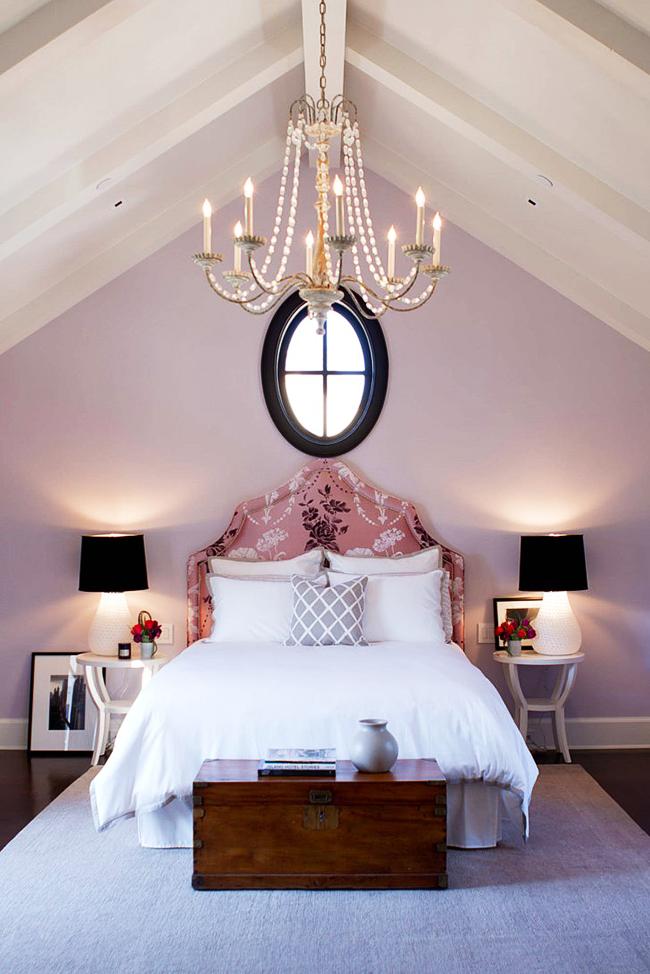 Классическая спальная комната в лавандовом цвете