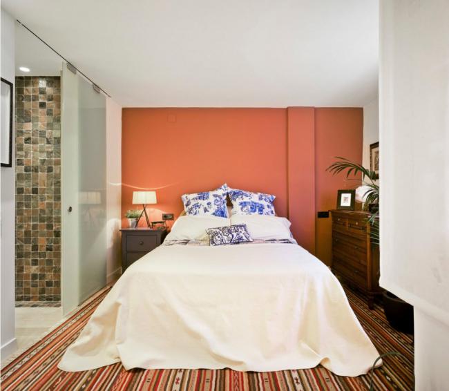 Уютная комната в русском стиле, с выделенной стеной у изголовья