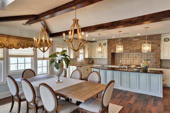 Деревянная люстра отлично подчеркивает классическую стилистику